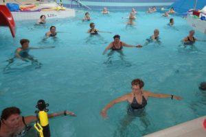 Seniorzy w basenie